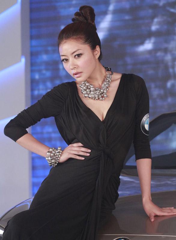 """Hùng Đại Lâm mặc váy đen vẫn """"lộ liễu"""" - 2"""