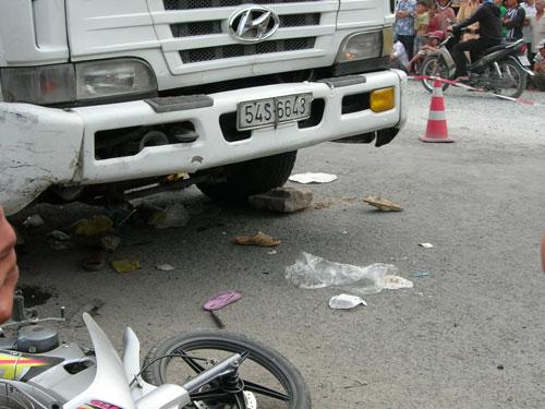 Xe khách đổ dốc, 5 người chết tại chỗ - 1