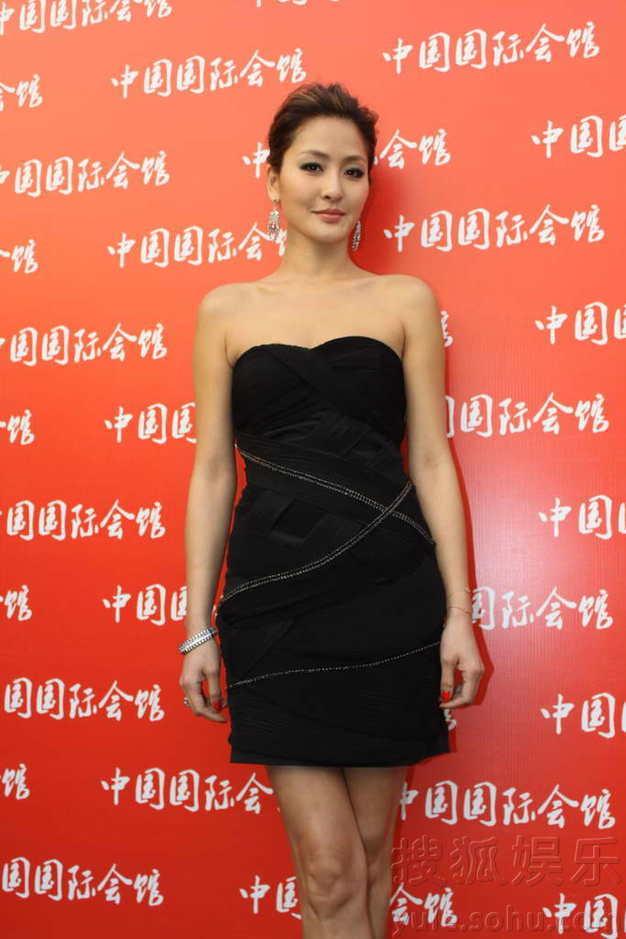 """Hùng Đại Lâm mặc váy đen vẫn """"lộ liễu"""" - 13"""