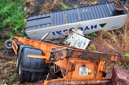Kinh hoàng 3 vụ tai nạn trên quốc lộ 18A - 4