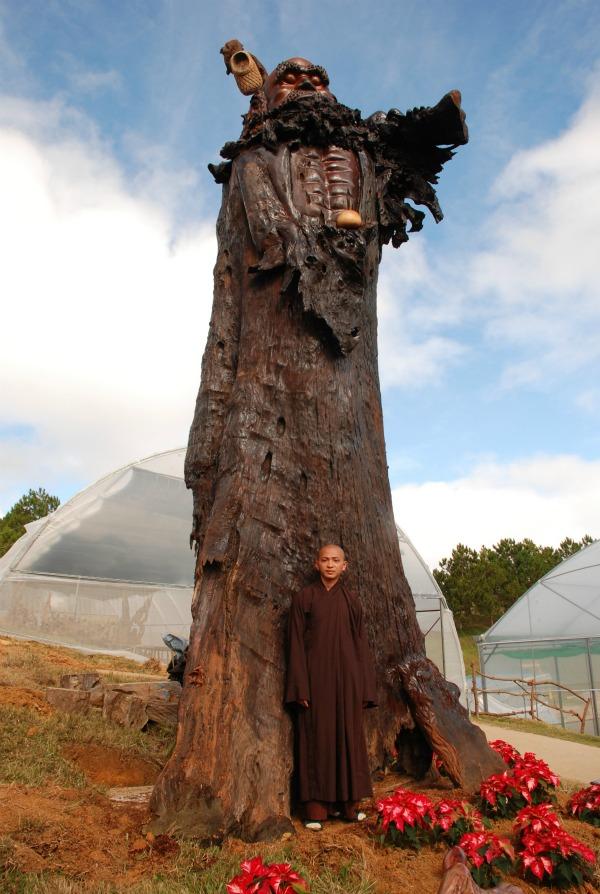 Kỷ lục Việt Nam: Tượng Bồ Đề Đạt Ma bằng gỗ sao lớn nhất - 1