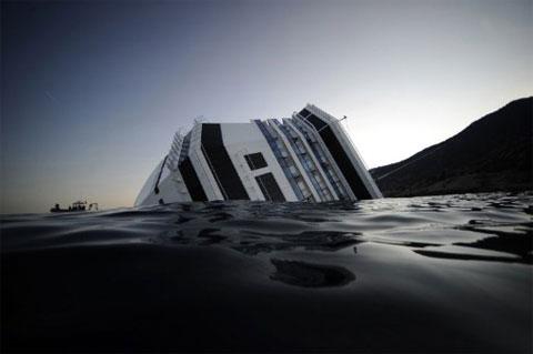"""Chùm ảnh tàu """"Titanic"""" lật nghiêng trên biển - 12"""