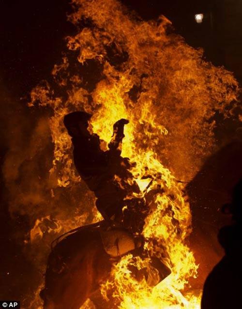 """Lễ hội """"cưỡi ngựa phi qua lửa"""" - 7"""