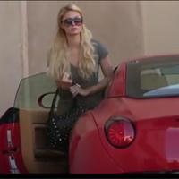 """Paris Hilton bị """"quây"""" cùng siêu xe Ferrari mới"""