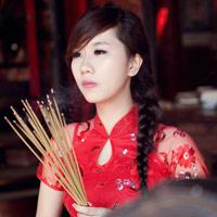 Hot girl Nu Phạm đi lễ chùa đầu năm