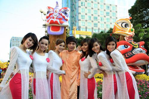 Hồ Quang Hiếu cùng 7 chàng trai của nhóm Rainbow Boys