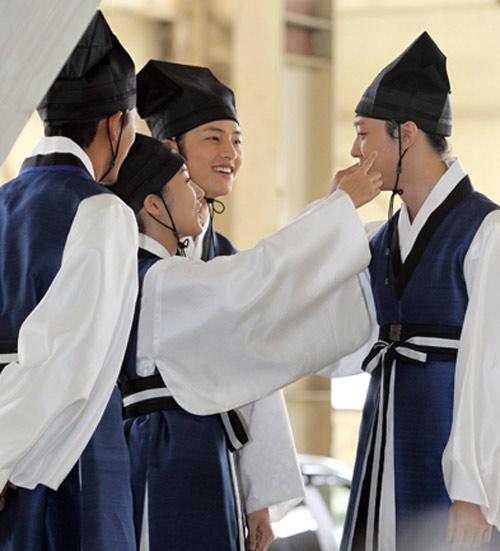 Bí mật nụ hôn đồng tính ở Sơng kun quan - 7