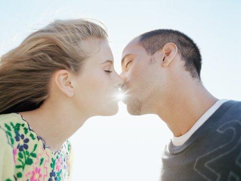 1328751228 nu hon khien chang me man 1 Nụ hôn khiến chàng mê mẩn