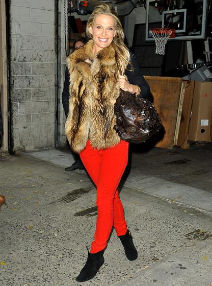 7 cách mặc đẹp với quần denim đỏ sành điệu - 13
