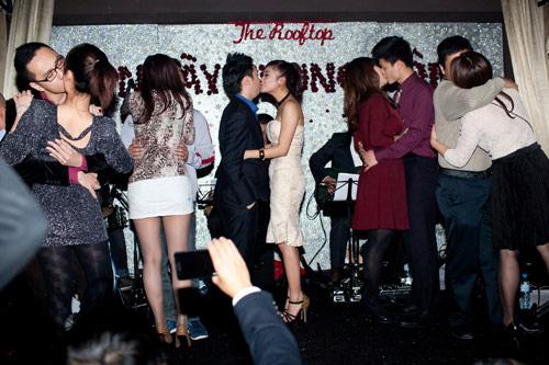 Lê Hiếu - Mai Hương công khai hôn nhau - 5