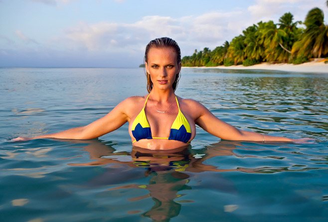 Mặc đồ bơi gợi tình như Anne V - 11