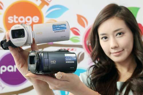 Máy quay Samsung HMX-F80: Đa năng giá mềm - 1
