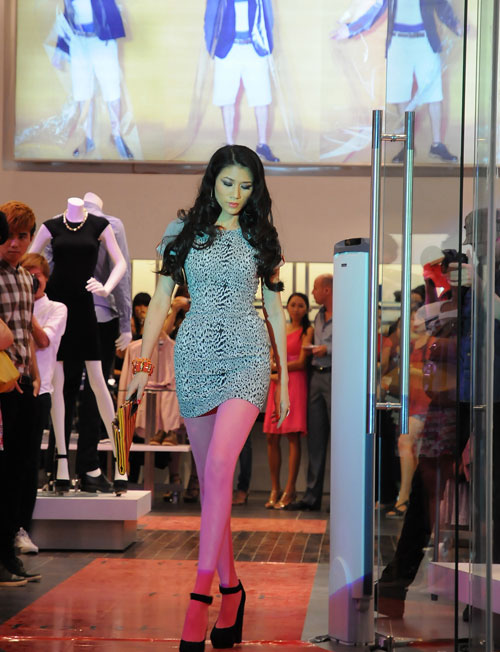 Trang Trần làm cô văn phòng sexy - 2