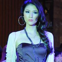 Trang Trần làm cô văn phòng sexy