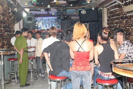 Tiếp viên trẻ đẹp múa thoát y trong bar - 1