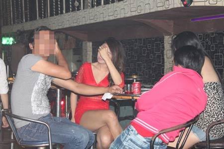 Tiếp viên trẻ đẹp múa thoát y trong bar - 2