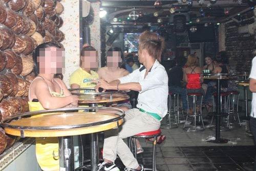 Tiếp viên trẻ đẹp múa thoát y trong bar - 3
