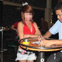 Tiếp viên trẻ đẹp múa thoát y trong bar