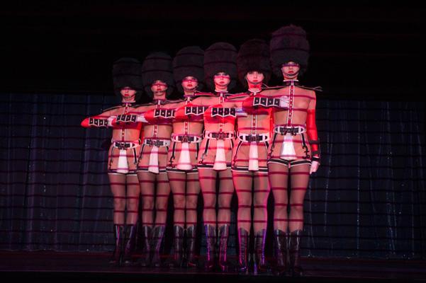 Vũ nữ khỏa thân vì giầy đế đỏ - 3