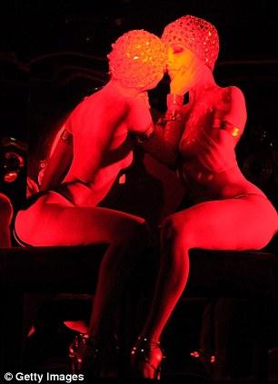 Vũ nữ khỏa thân vì giầy đế đỏ - 11