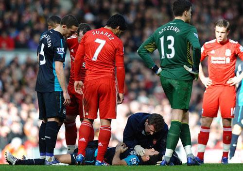 SAO Arsenal bất tỉnh ngay trên sân - 1