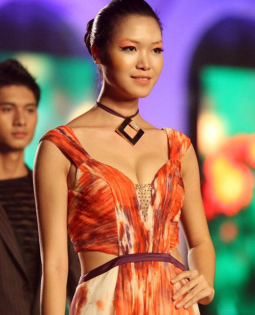 """7 khuôn ngực """"thật thà"""" của showbiz Việt - 5"""