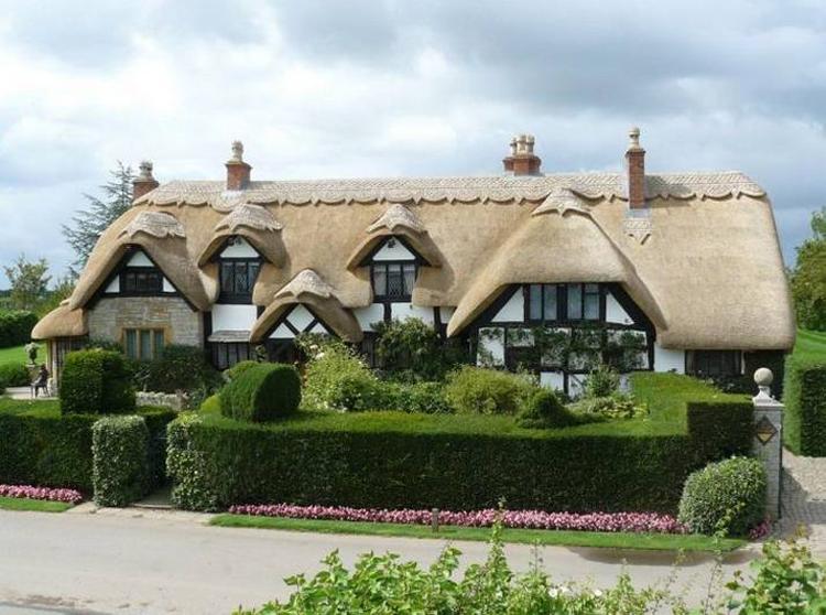Nhà tranh với mái ngói làm từ chất liệu giống rơm rạ luôn phổ biến ở nước Anh.