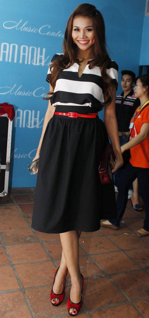 Học sao Việt che chân xấu nhờ váy midi - 12