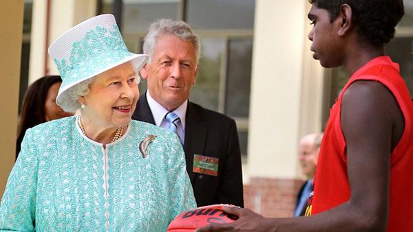 Nữ hoàng Anh: 86 tuổi vẫn sành điệu - 8
