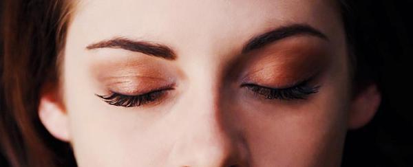 Bella gây sốt với cặp mắt ma cà rồng - 2