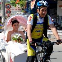Rước dâu bằng xe đạp đua