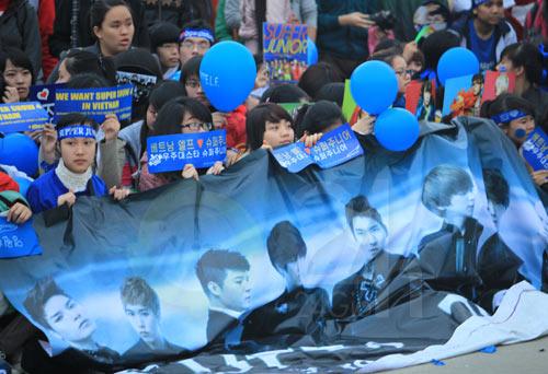Đẩy cổng xông vào đêm nhạc hội Việt Hàn - 1