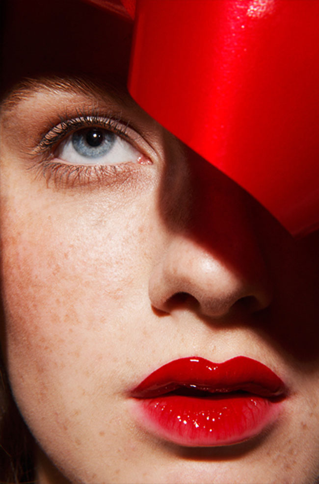 Tất nhiên, lựa chọn màu son đỏ sẽ phù hợp nhất với màu đỏ trên phụ kiện, trang phục.