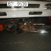 Thoát chết may mắn dưới gầm xe tải