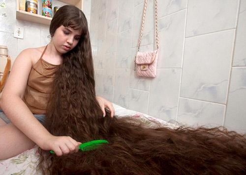 Cô gái và mái tóc dài gần chạm gót - 3