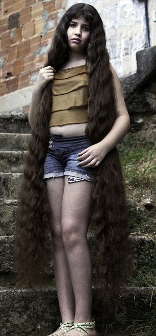 Cô gái và mái tóc dài gần chạm gót - 2