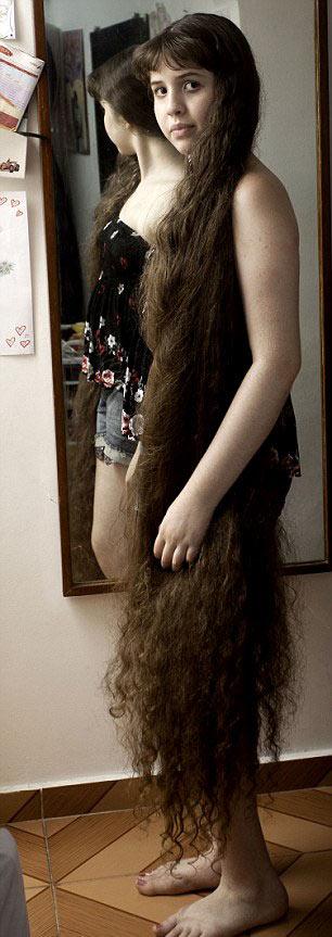 Cô gái và mái tóc dài gần chạm gót - 1