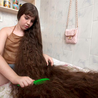 Cô gái và mái tóc dài gần chạm gót