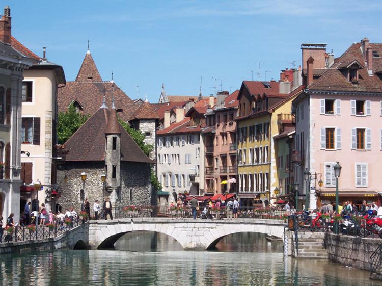 Annecy thành lập từ năm 50 trước Công nguyên bởi người La Mã.