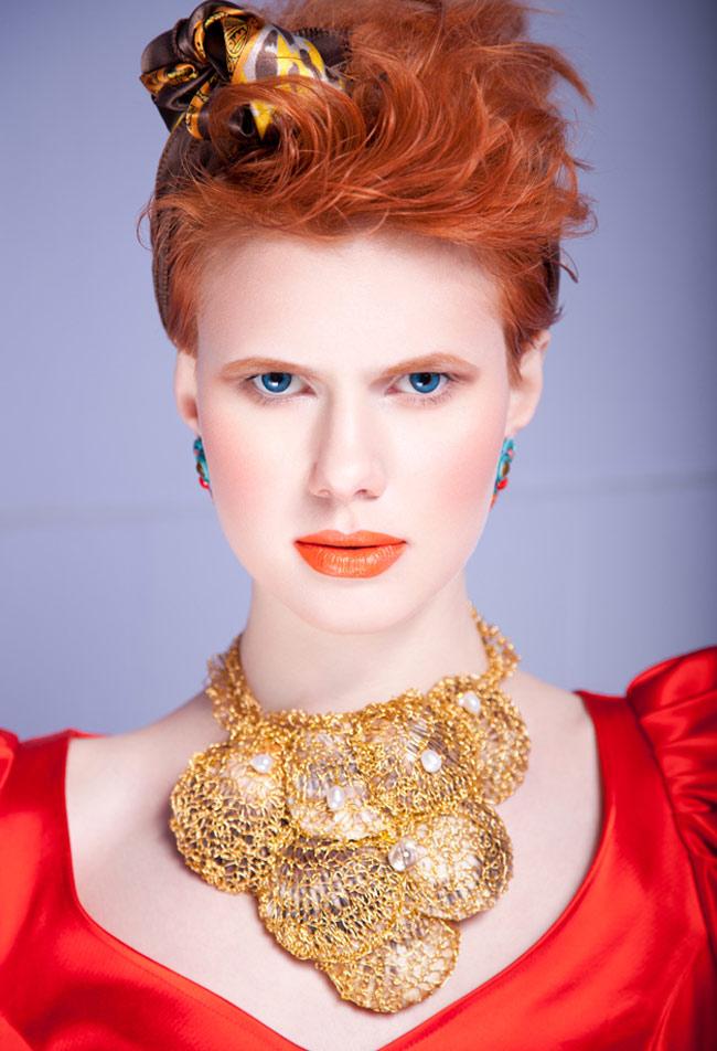 Đôi mắt xanh mơi màng dễ dàng hài hòa với chút màu son cam và đôi má ửng hồng dịu nhẹ.