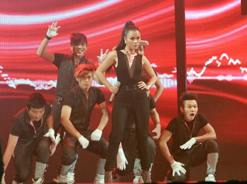 Vợ chồng Phan Đinh Tùng ngọt ngào trên sân khấu - 10