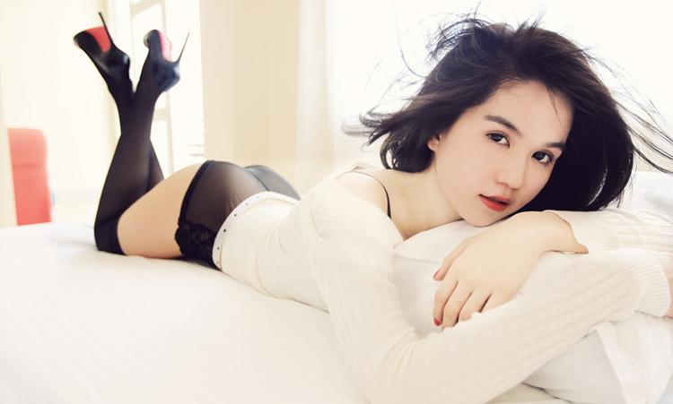 Ngọc Trinh sexy... trên giường - 4