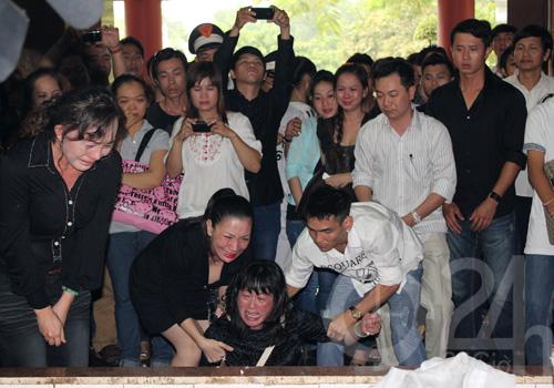 DJ Hoàng Anh chết lặng tiễn vợ lần cuối - 4