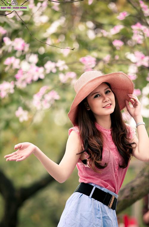 Thiếu nữ khoe sắc bên hoa ban - 1
