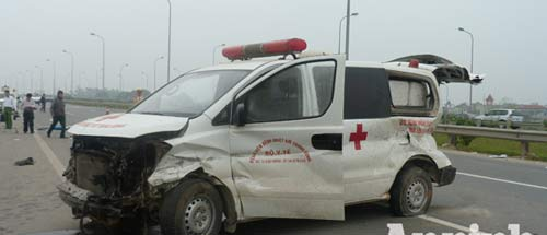 Xe cứu thương nổ lốp, nhiều người thương vong - 1