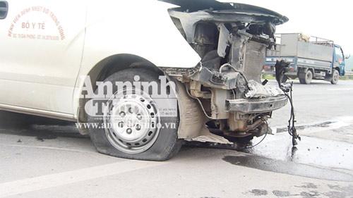 Xe cứu thương nổ lốp, nhiều người thương vong - 4
