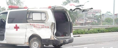 Xe cứu thương nổ lốp, nhiều người thương vong - 5