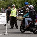 Tin tức trong ngày - Indonesia: Cấm phụ nữ ngồi dạng chân sau xe máy