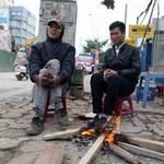 Tin tức trong ngày - Người Hà Nội co ro đốt lửa sưởi ấm