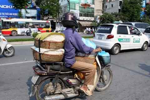 Miễn thu phí xe máy cho người nghèo - 1